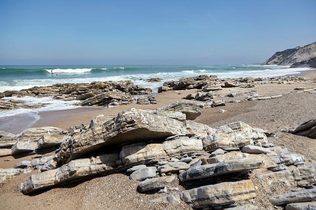 海の海岸の鋭い岩。石と水。ビダール、フランス