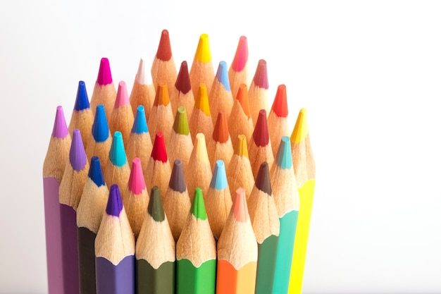 На столе заостренные цветные карандаши. копировать пространство