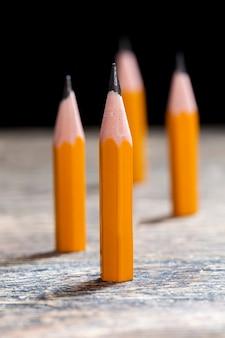 도표나 그림을 그리기 위한 날카롭게 깎은 연필, 작은 연필