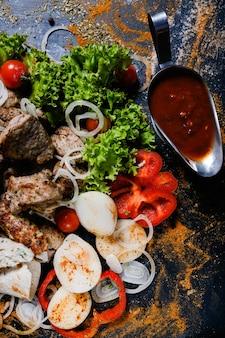 Shashlik 빨간색 아르메니아 토마토 소스. 전통 요리 음식. 맛있는 고기 드레싱