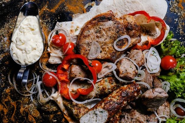 Shashlik 화이트 소스. 전통적인 아르메니아 요리 음식. 맛있는 고기 드레싱. 고추 토마토와 양파를 곁들인 매운 스테이크