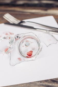 Разбитое стекло на деревянном столе