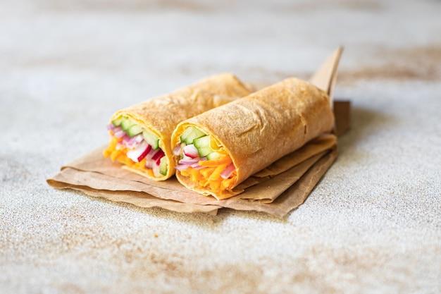 シャウラマドネルケバブピタパン詰め野菜オーガニック料理ヘルシーフードベジビーガンまたはベジタリアンフード
