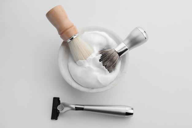 Аксессуары для бритья для мужчин на белой стене
