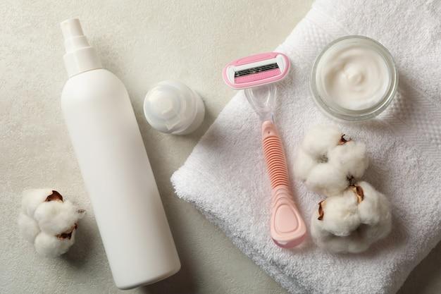 Аксессуары для бритья на белом столе, вид сверху