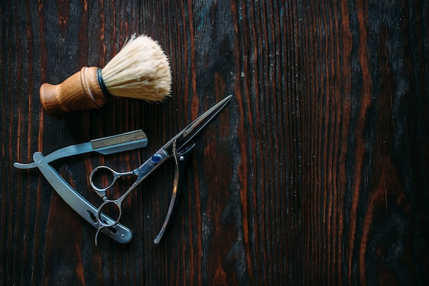 木のシェービングと理髪機器