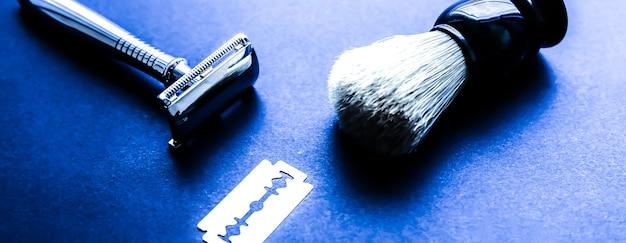 테이블에 면도 브러시, 면도기 및 블레이드. 세련된 남자 세트입니다. 선물에 대 한 아이디어입니다. 이발소 물건.