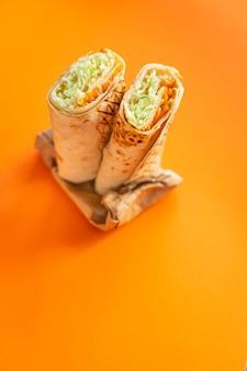 シャワルマドネルケバブサンドイッチロールブリト野菜ソースタコスメニューテイクアウトスナック野菜ベジタリアン料理