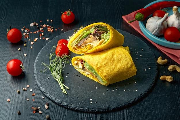 Шаурма или рулет из буррито с сыром, листьями салата и грибами шиитаке. уличная забегаловка
