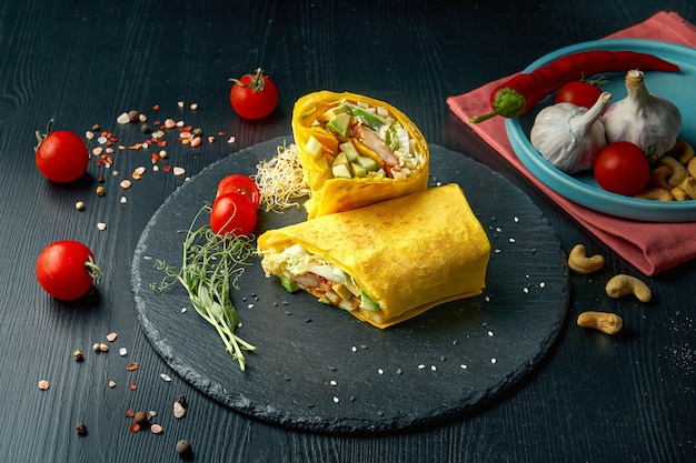 Шаурма или рулет из буррито с манго, креветкой, огурцом и листьями салата. уличная забегаловка
