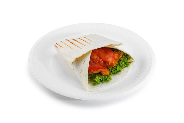 白い背景で隔離の紙皿にシャワルマサンドイッチ。