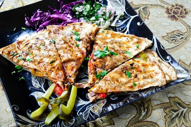 Бутерброд с шаурмой (лаваш) с мясом на гриле, грибами. традиционная ближневосточная закуска.
