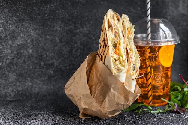 シャワルマサンドイッチロールまたはブリトー肉野菜ドネルケバブソースタコス毎週の食事