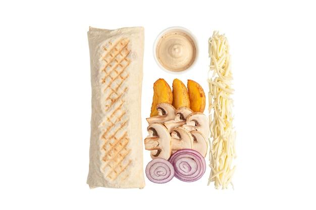 Шаурма вегетарианская и ингредиенты. состав: запеченный картофель, грибы, красный лук. чаша с соусом. белый фон. вид сверху.