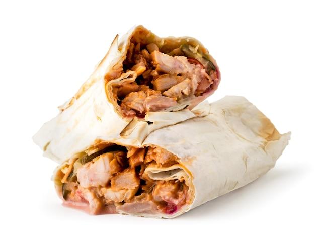Шаурма с жареным мясом крупным планом на белом