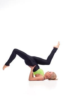 그녀는 균형이 있습니다. 어깨를 하 고 맞는 여성 체조의 수직 스튜디오 샷 절연 위의 공기 copyspace에서 제기 그녀의 다리 스탠드