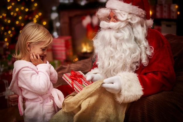 彼女は新しいクリスマスプレゼントにとても興奮しています
