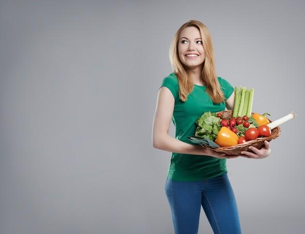 그녀는 신선하고 친환경적인 야채를 사요