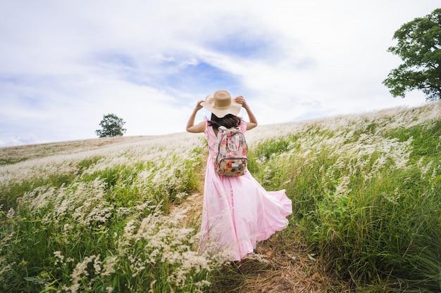彼女は草原を旅行していた。