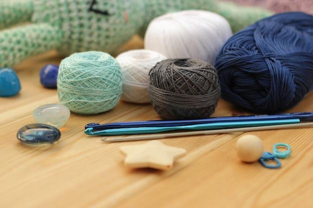 Навесы из синих крошечных шаров.