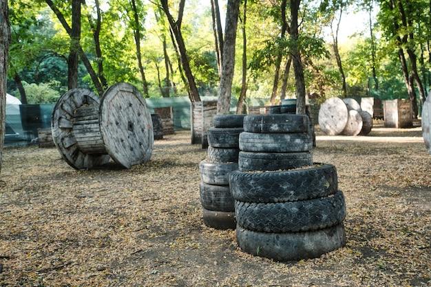 興奮した選手たちが隠れている秋の森のペイントボール基地での光沢