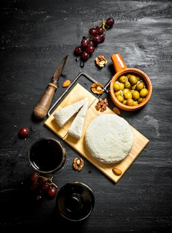 적포도주, 견과류, 올리브와 양 치즈.
