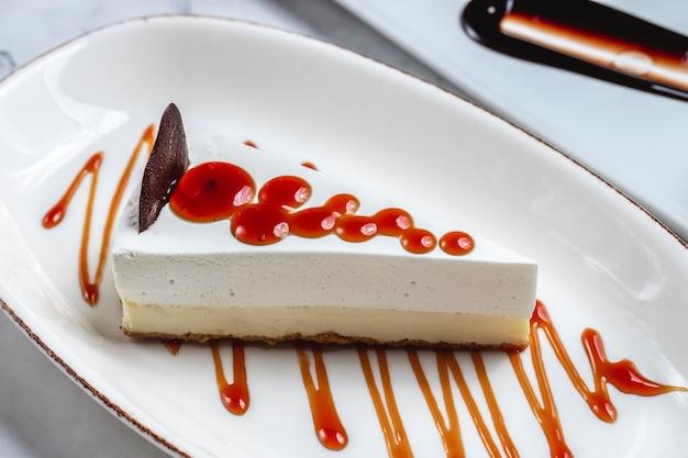 Sheesecake con marmellata suffle formaggio al cioccolato vista laterale