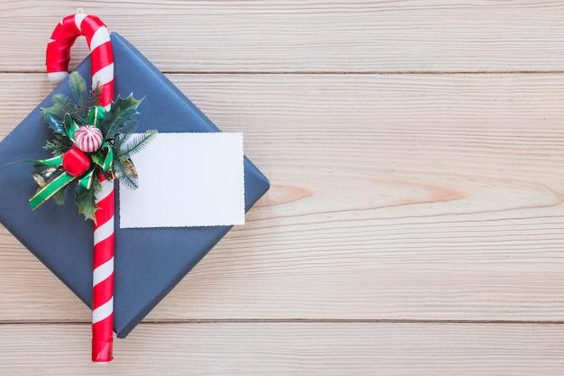선물 상자에 시트와 장식 지팡이