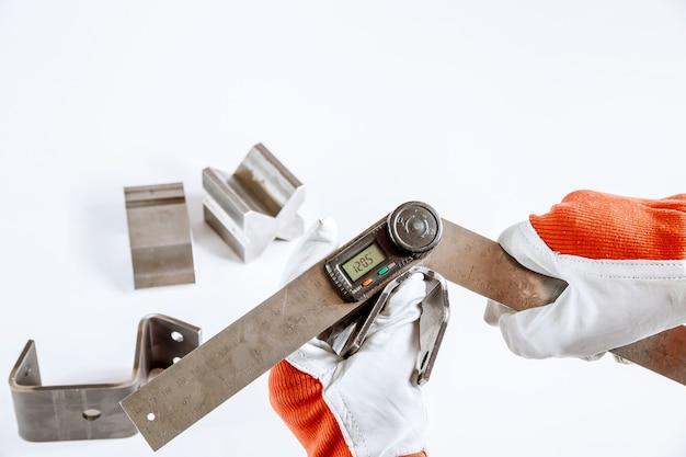 Инструмент и оборудование для гибки листового металла, изолированные на белом фоне. специальная гибочная машина формовочная штамповка и штамп. цифровой транспортир.