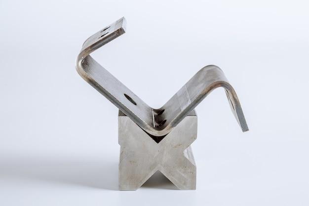 Инструмент и оборудование для гибки листового металла, изолированные на белом фоне. специальная гибочная машина формовочная штамповка и штамп. инструмент для гибки пресса, инструмент для гибки, штамповочный пресс и штамп.