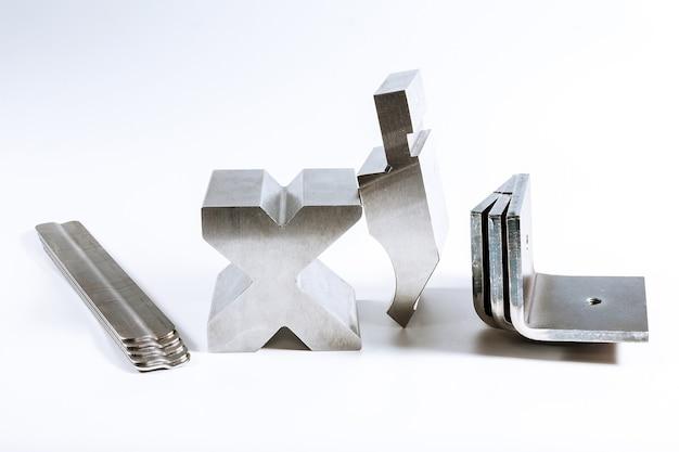 Инструмент и оборудование для гибки листового металла, изолированные на белом фоне.