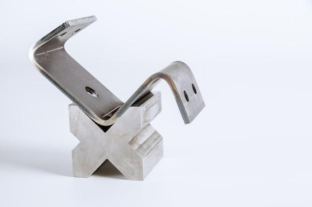 Инструмент и оборудование для гибки листового металла изолированы. специальная гибочная машина формовочная штамповка и штамп. инструмент для гибки пресса, инструмент для гибки, штамповочный пресс и штамп.