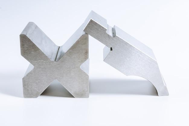 Инструмент и оборудование для гибки листового металла изолированы.