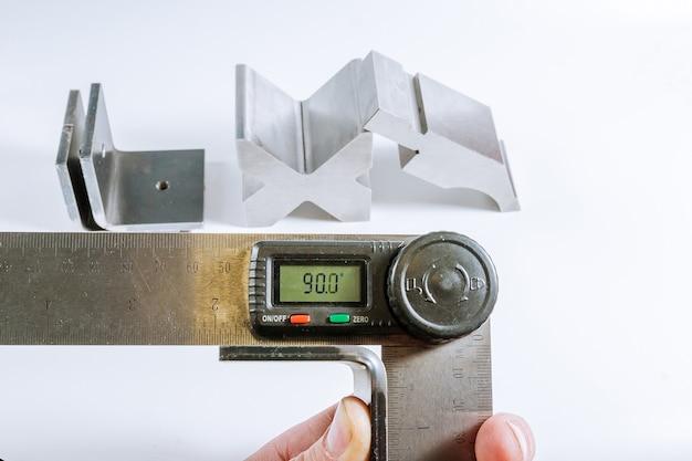 Инструмент и оборудование для гибки листового металла изолированы. Premium Фотографии