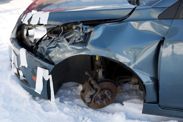 Повреждение листового металла синего автомобиля. дорожно транспортное происшествие