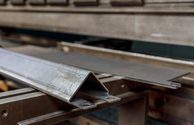 Изделие из листового металла после обработки на гибочном станке.