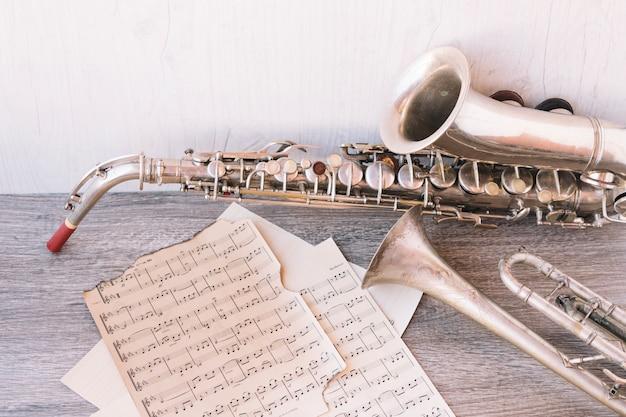 Ноты около саксофона и трубы