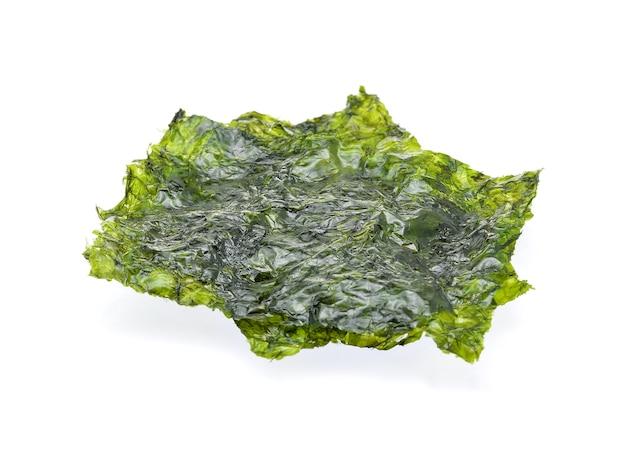 Лист сушеных водорослей, хрустящих водорослей, изолированных на белом фоне.