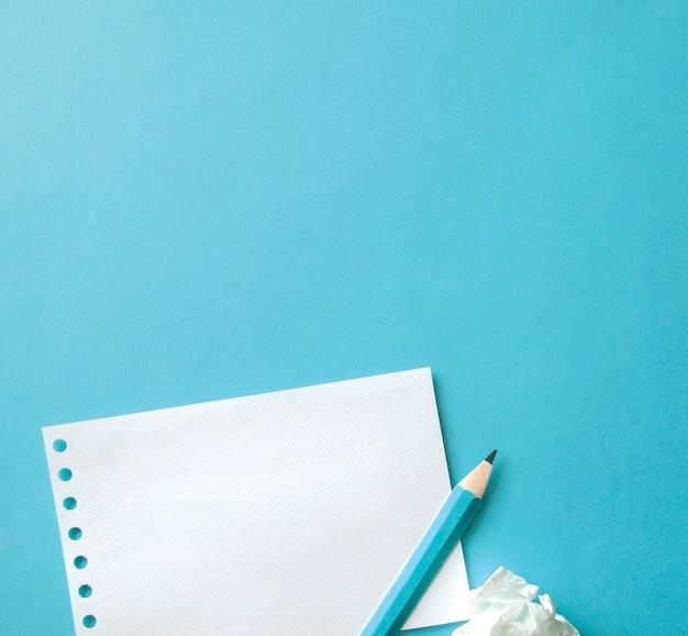 파란색 배경으로 종이와 펜의 시트