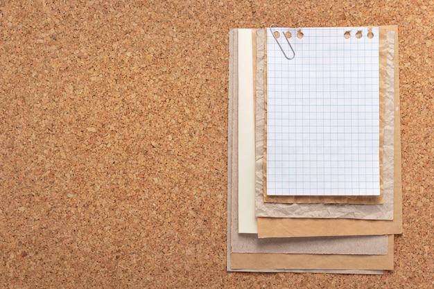 コルクの背景テクスチャで紙のシート