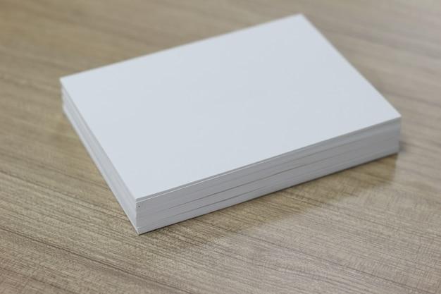 Лист бумаги на деревянном фоне