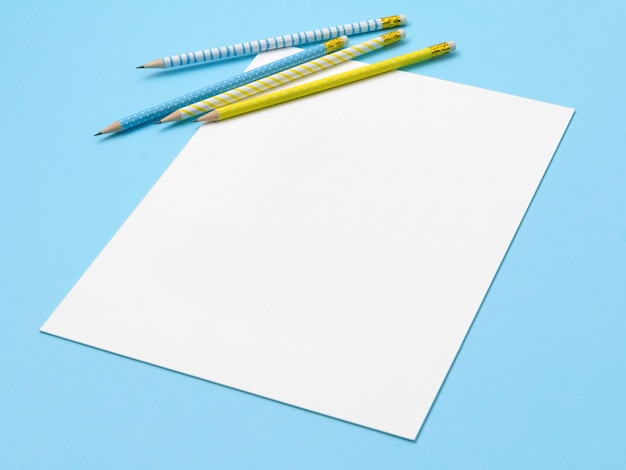 파란색과 노란색 줄무늬 연필로 종이의 시트.