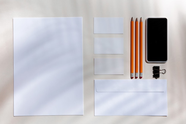 실내 흰색 테이블에 시트, 가제트 및 작업 도구.