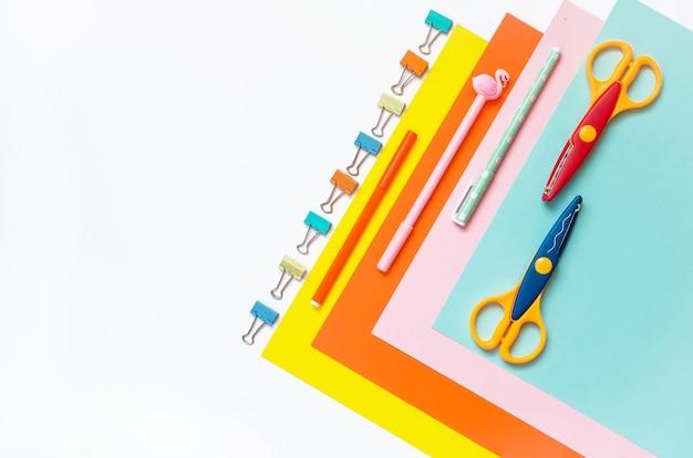 행, 크레용, 가위 및 흰색 테이블에 공급하는 색종이 시트. 어린이 미술, 어린이를위한 공예 또는 학교를위한 어린이 준비. 창의성을위한 데스크탑