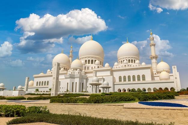 Большая мечеть шейха заида в абу-даби в летний день, объединенные арабские эмираты