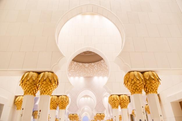 Колонны мечети шейха зайда, абу-даби, оаэ, январь 2019