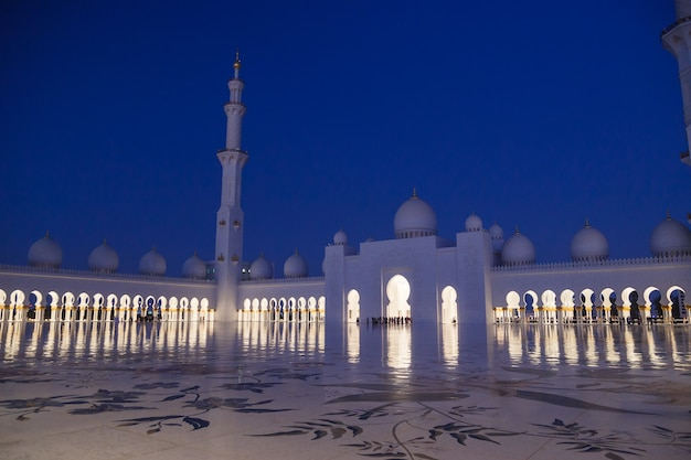 Мечеть шейха зайда освещается ночью. абу даби, объединенные арабские эмираты