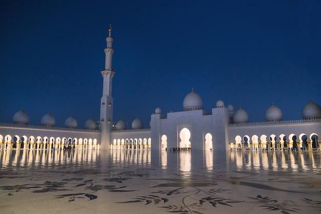 Мечеть шейха зайда освещается ночью.