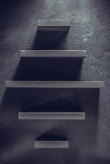 나무 배경에 선반과 검은 벽