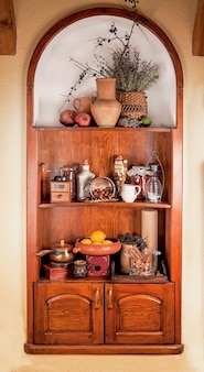 Полка для посуды в старинной русской кухне.